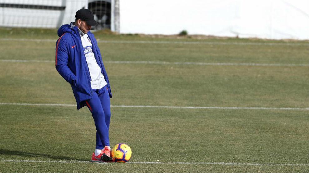 Simeone patea el balón durante un entrenamiento.