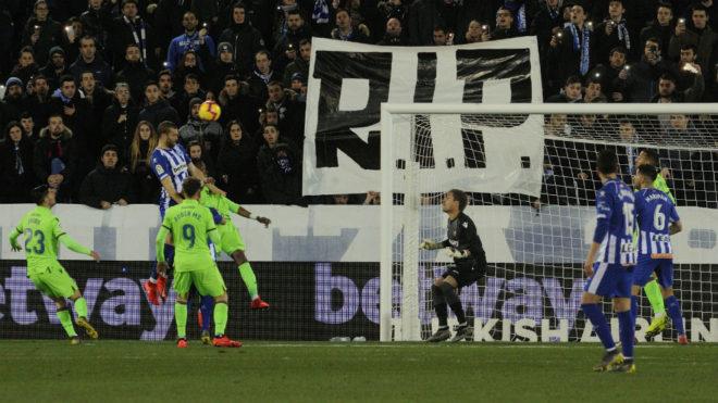 Laguardia cabecea en la jugada del gol del Alavés.