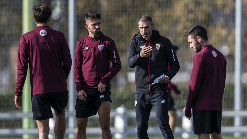Garitano, dando órdenes a sus jugadores en un entrenamiento.