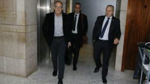López Cerrón, junto al asesor legal de la Federación de Ciclismo, y...