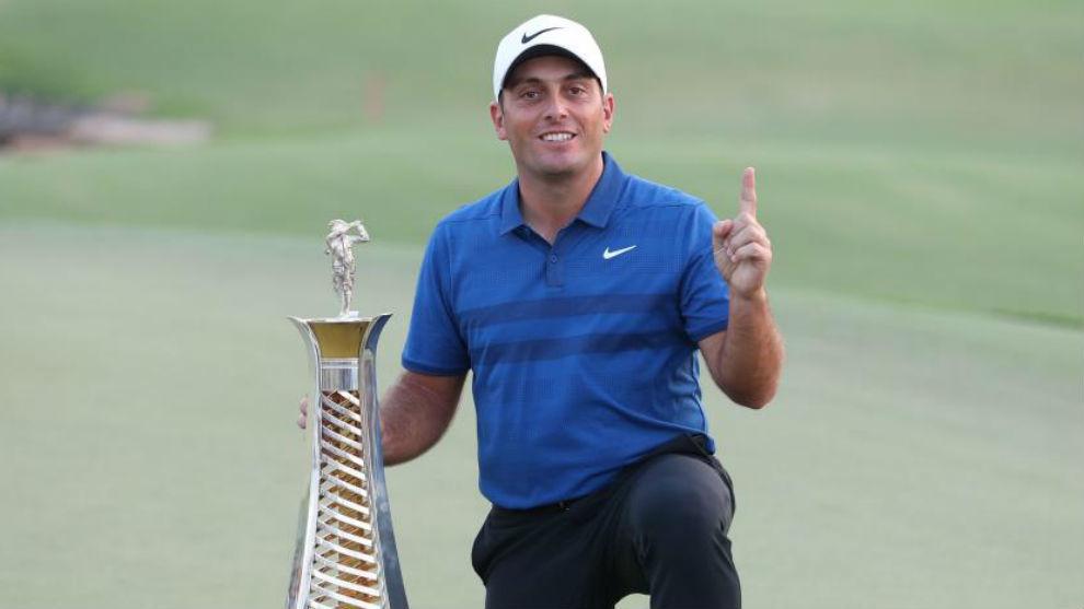 Francesco Molinari, con el trofeo de ganador de la Race to Dubai.
