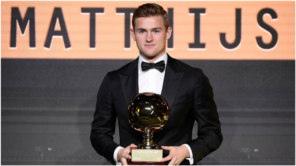 De Ligt posa con el 'Golden Boy'.