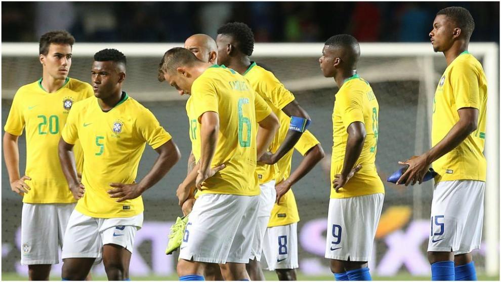 Los jugadores de Brasil se lamentan tras caer contra Chile.
