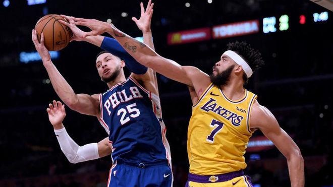 Ben Simmons defendido por JaVale McGee en un partido contra los Lakers