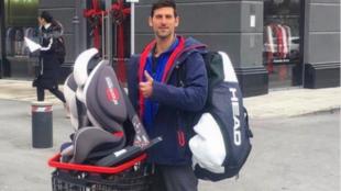 Djokovic, con su bolsa de deporte... y la sillita de uno de sus hijos