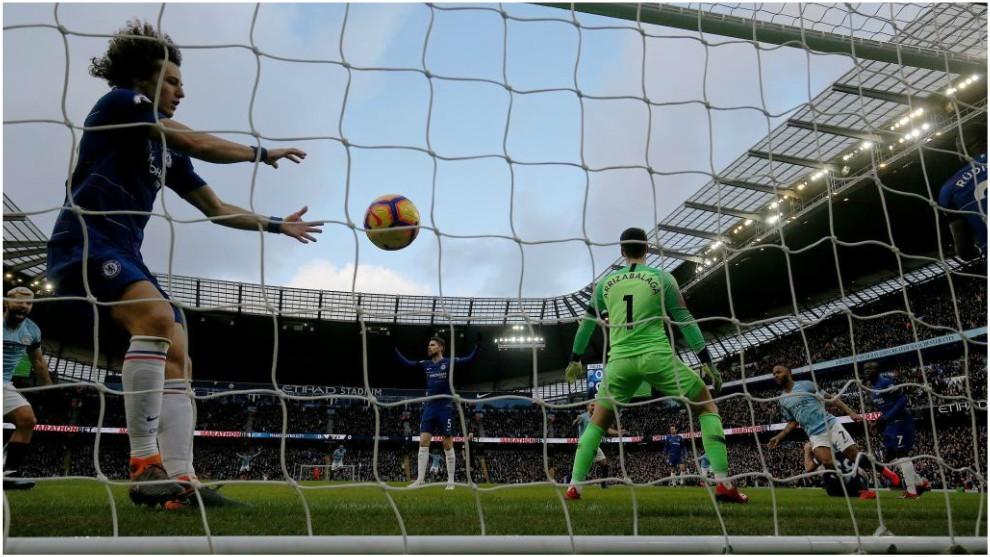 David Luiz recoge el balón del fondo de la portería ante el City.