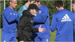Anquela habla con los jugadores durante un entrenamiento