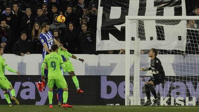 Laguardia cabecea en la acción del tanto que marcó ante el Levante.