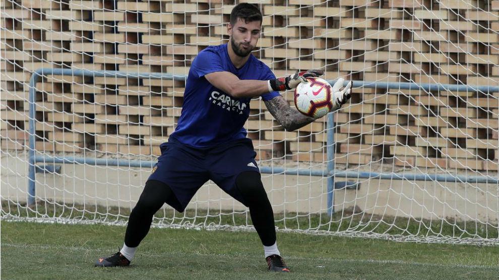 Álvaro Ratón detiene un balón en un entrenamiento.