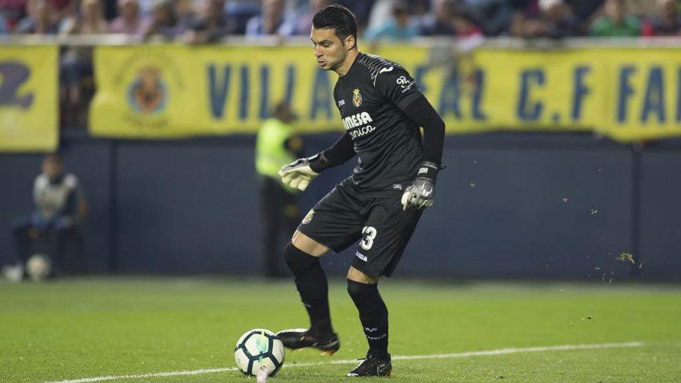 Andrés Fernández, controla un balón