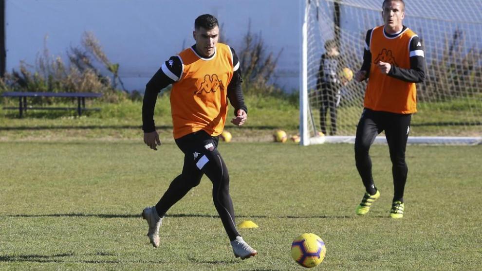 José Antonio Reyes, con el balón, durante un entrenamiento con el...