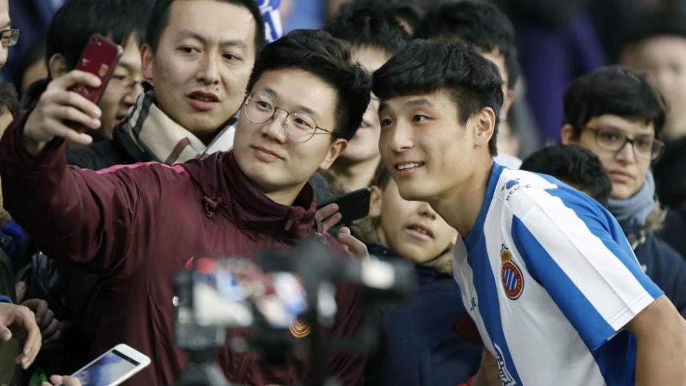 Wu Lei, con varios aficionados.