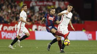 El medio del Eibar Joan Jordán disputa un balón con Andre Silva, del...