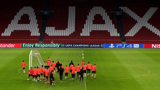 Los jugadores del Madrid, sobre el césped del Johan Cruyff ArenA.