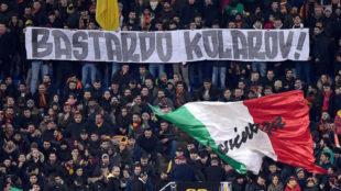 Los ultras de la Roma muestran su pancarta con el insulto a Kolarov