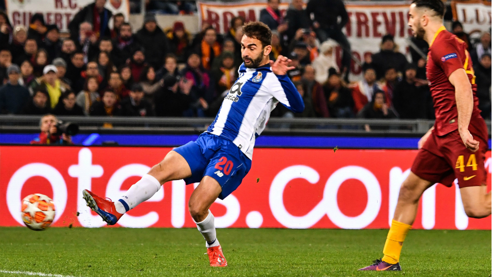 Adrián López anota el gol para el Oporto