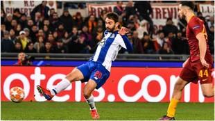 Adrián López marca el 2-1 para el Oporto frente a la Roma.