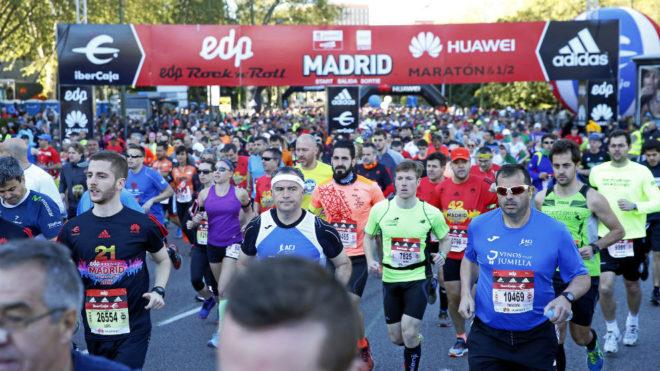 Cientos de corredores, en el maratón de Madrid