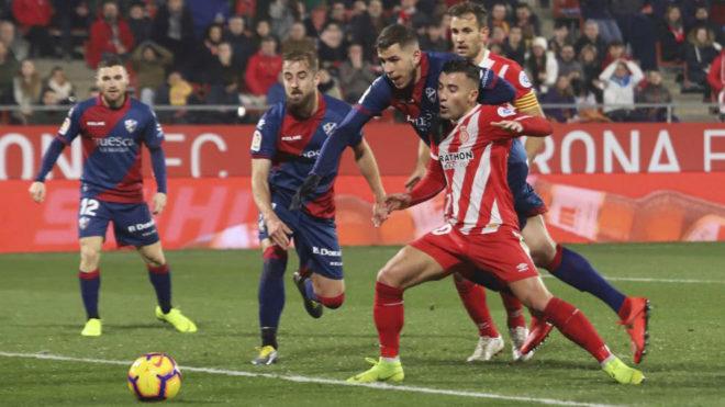 Borja García intenta zafarse de un rival en el último partido ante...