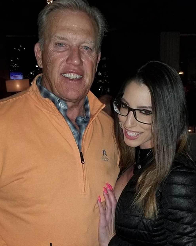 La actriz porno Dava Foxx posando junto a John Elway, leyenda de la...