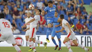 Arambarri salta para cabecear un balón en el partido frente al Eibar.