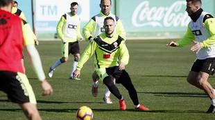 Iván Sánchez, entre Nino y Jony Ñíguez en el entrenamiento de este...