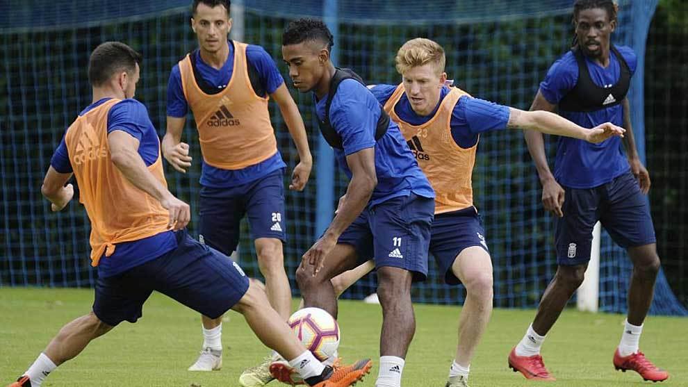 Yoel Bárcenas, rodeado de compañeros en un entrenamiento del Oviedo