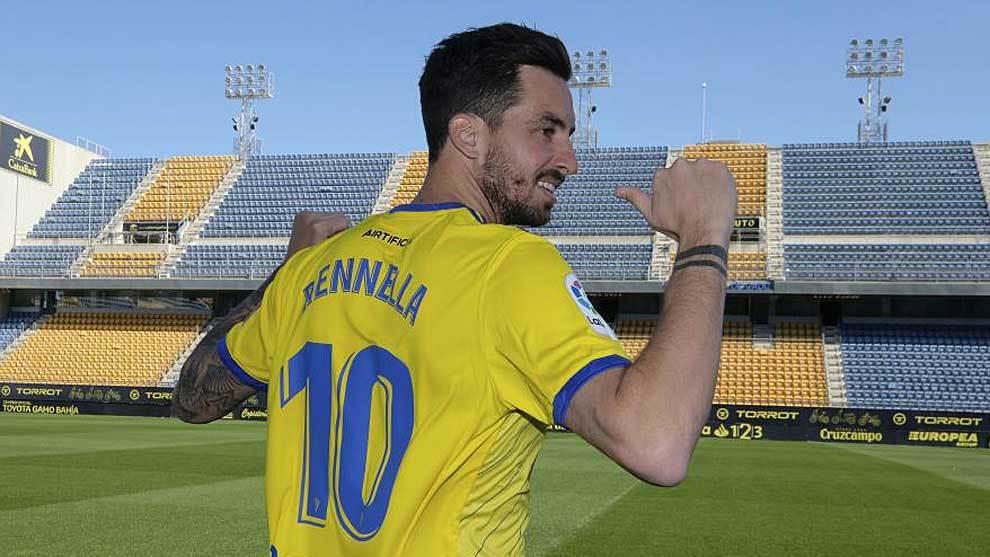 Vincenzo Rennella se señala su nueva camiseta, la del Cádiz con el...
