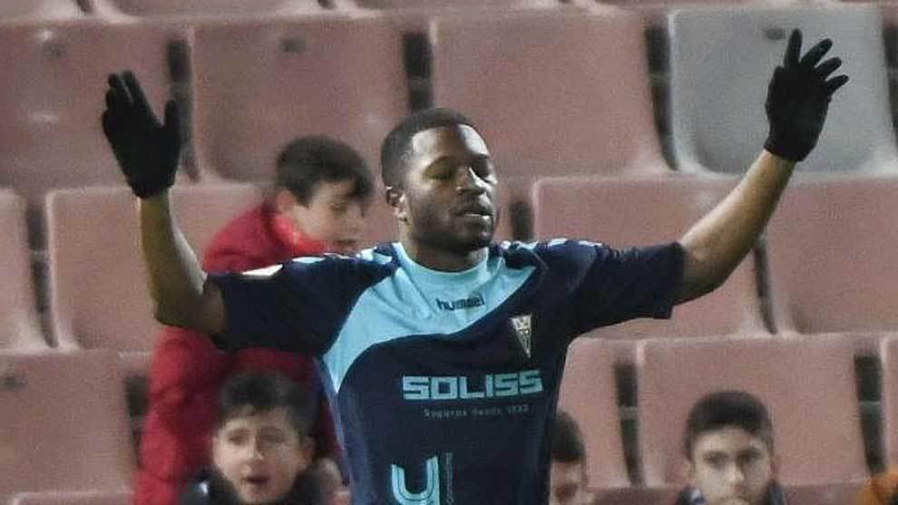 Jeremie Bela celebra, con los ojos cerrados, su gol en Los Cármenes