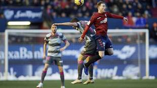 Clerc, por los aires, en una acción del partido ante el Granada