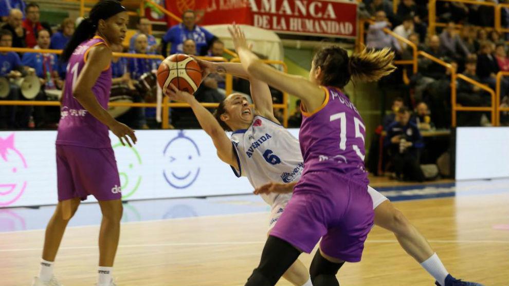 Silvia Domínguez resbala ante la presión de una rival en un partido...