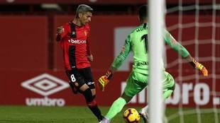 Salva Sevilla dispara a puerta ante Munir en el partido frente al...