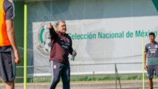 Tata Martino durante el entrenamiento en el CAR