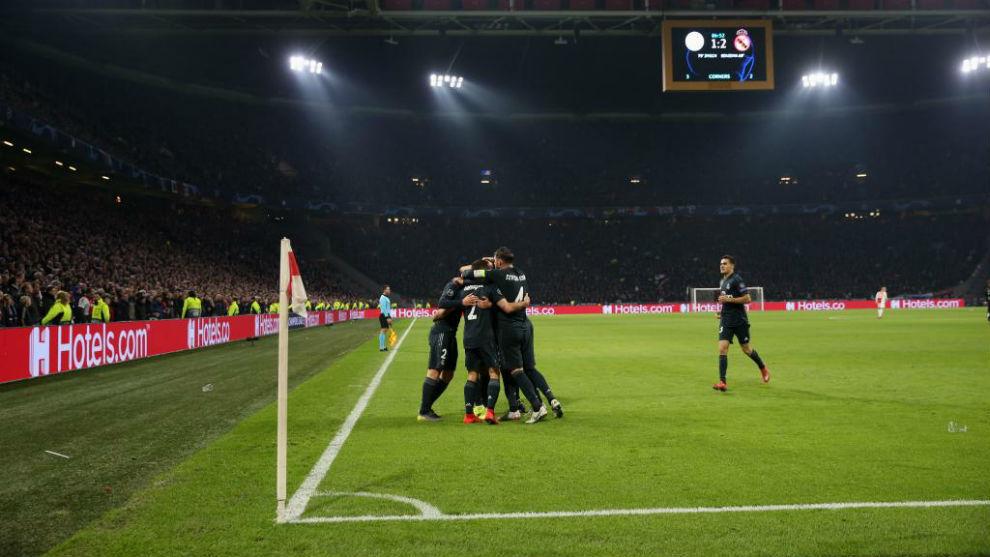 Los jugadores del Real Madrid celebran el segundo gol de Asensio.