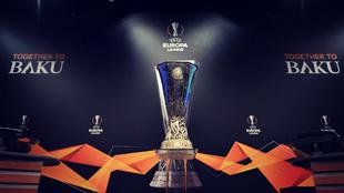 El trofeo de la Europa League, cuya final se disputa en Bakú...