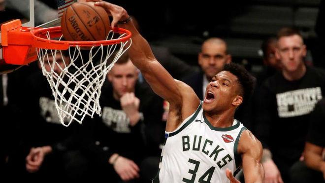Giannis Antetokounmpo machaca el aro de los Brooklyn Nets con fuerza