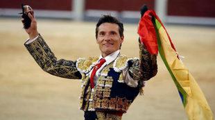 El diestro Diego Urdiales saluda al respetable con sus trofeos durante...