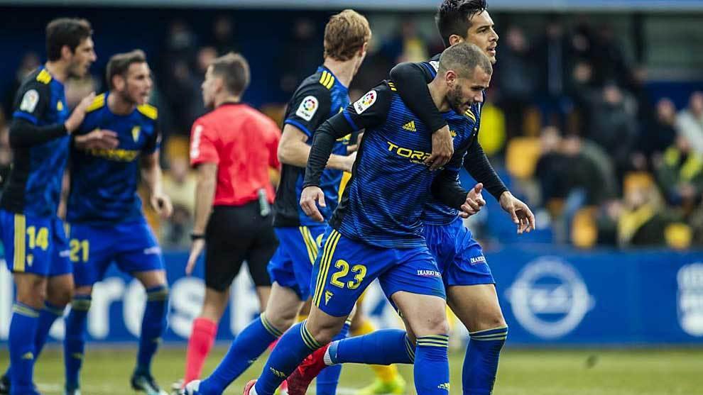 Ager Aketxe celebra con sus compañeros uno de los dos goles en Cádiz