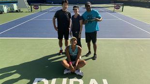 Osaka, con el equipo que la acompaña en Dubái