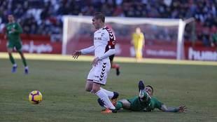 Álvaro Arroyo se lleva el balón en el partido ante el Sporting