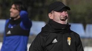 Anquela sonríe durante el entrenamiento del martes en El Requexón