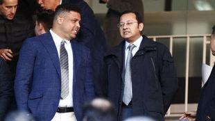 Ronaldo y Anil Murthy, presidente del Valencia, en el palco de...