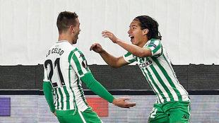 Lainez festeja su primer gol con el Betis junto a Lo Celso
