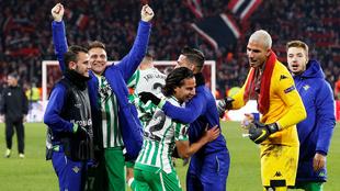 Lainez celebra con su equipo el primer gol con el Betis