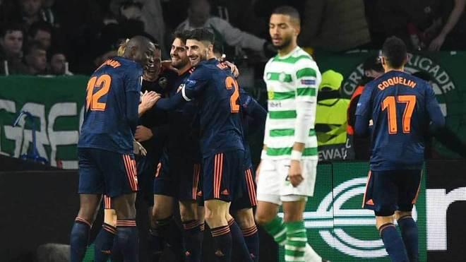 Los jugadores del Valencia celebran uno de los goles ante el Celtic.