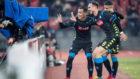 Callejón y Fabián celebran el gol del español.