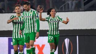 Lainez celebra su gol mientras Canales y Javi García se felicitan.