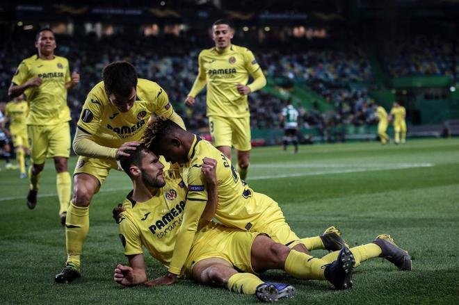 Los jugadores del Villarreal celebran el gol de Pedraza.