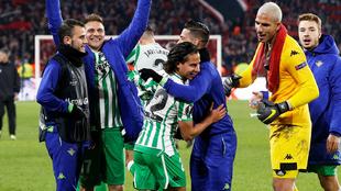 Diego Lainez es felicitado al finalizar el partido ante el Rennes.