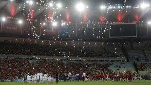 Se lanzaron globos blancos antes del inicio del juego.